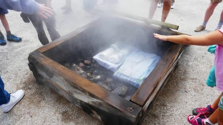 Le coin cuisson à la vapeur ( un trou dans le sol avec des pierres au fond et c'est parti)