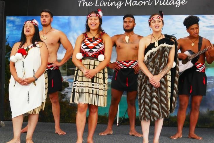 Soizic, sa maman, une copine et ses 3 frères nous font un spectacle Maori