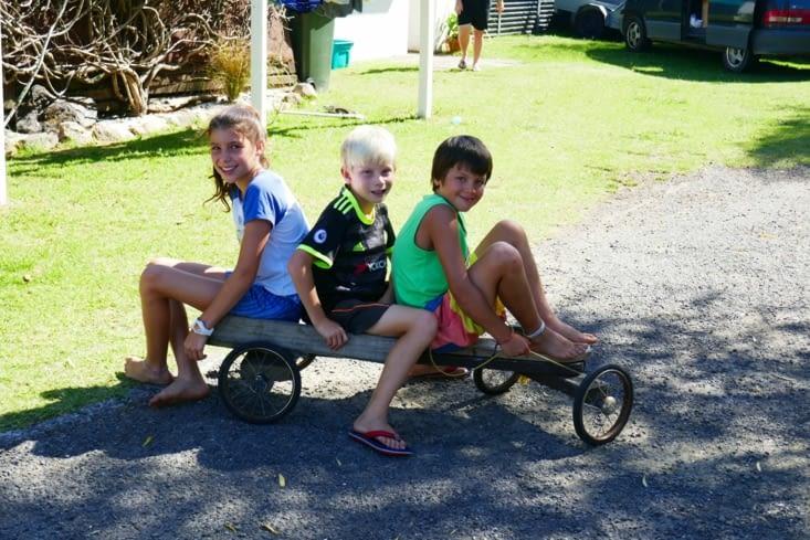 Maël se fait des copains roumains installés en Nouvelle-Zélande depuis 10 ans