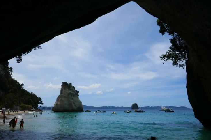 parce que le trou dans la roche reliant les 2 plages fait penser à une voute de cathédrale