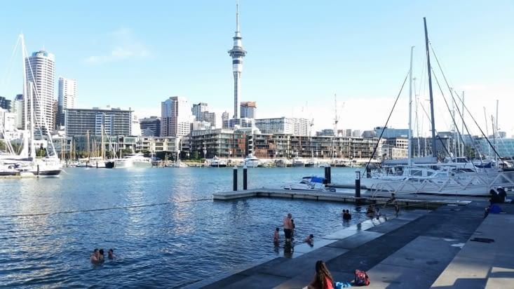 Même si l'eau est un peu fraîche, les gens se baignent dans le port. Et l'eau est propre !