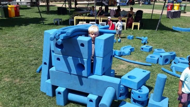 Maël se fait un abri anti-atomique dans une des très nombreuses aires de jeux pour enfants