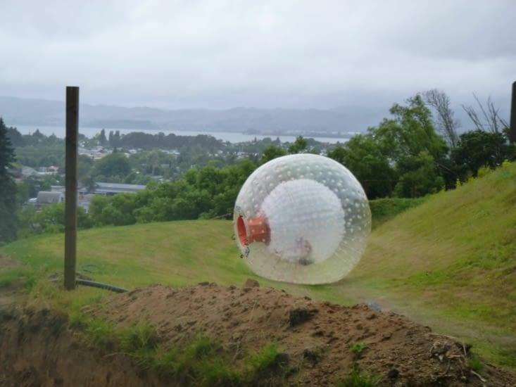 et la balle géante est lancée du haut de la colline...