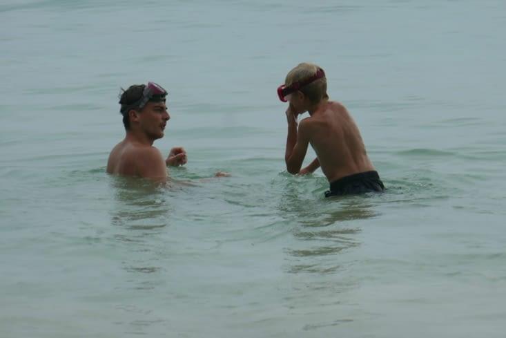 Maël explique à Grégoire les techniques de survie sous l'eau
