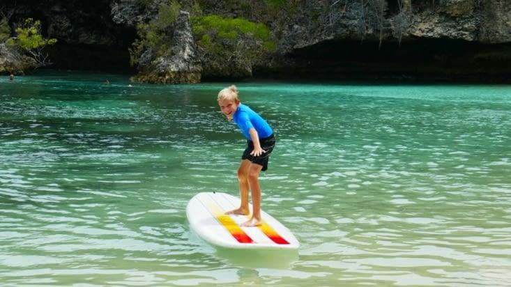 Maël s'entraîne au surf....