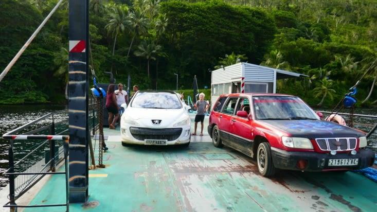 Nous prenons un petit ferry pour traverser une embouchure