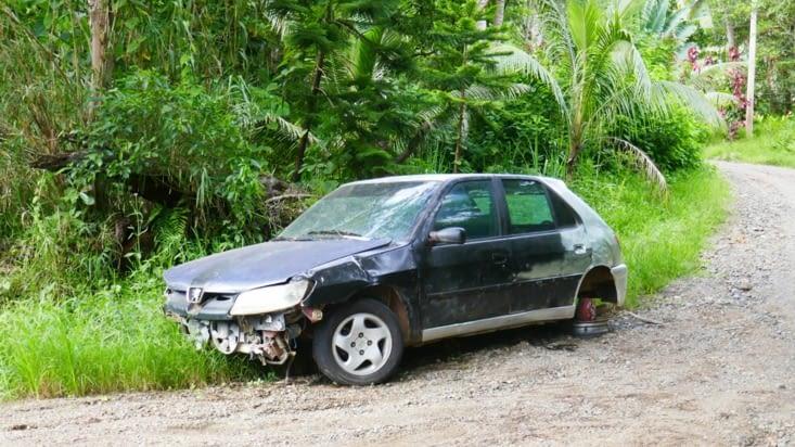 Une des carcasses de voiture que nous rencontrons régulièrement