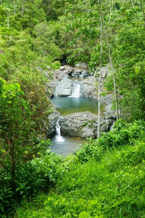 Sous une pluie intermittente, nous allons à un bassin naturel nous invitant à la baignade