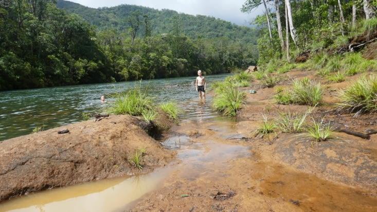 Baignade dans la rivière  (bleue cette fois ci )