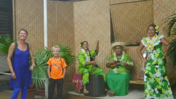 L'accueil polynésien à la sortie de l'avion