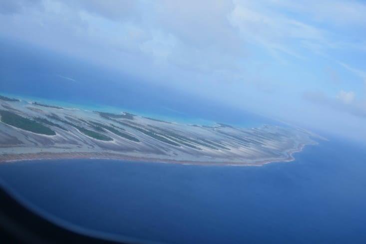 les motus avec le lagon à gauche et l'océan plus foncé à droite