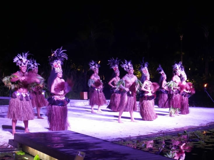 Nous assistons à un spectacle de danses traditionnelles de grande qualité