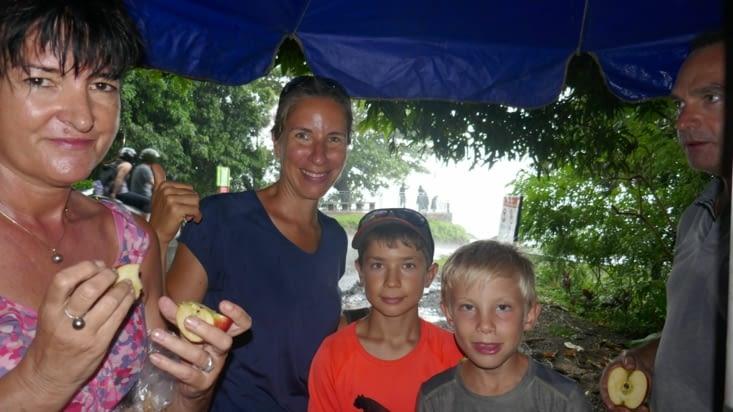 La pluie nous oblige à terminer le pique-nique à 8 sous le parasol du vendeur de coco ...