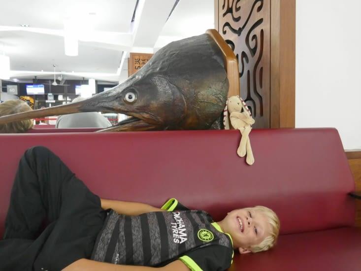 Doudou et Maël dans l'aéroport pour prendre un avion à 2h du mat pour l'île de Paques