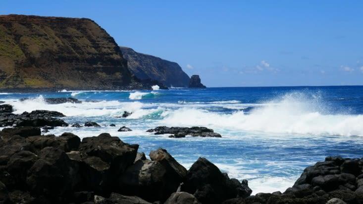 Derrière la mer est belle et impressionnante de puissance