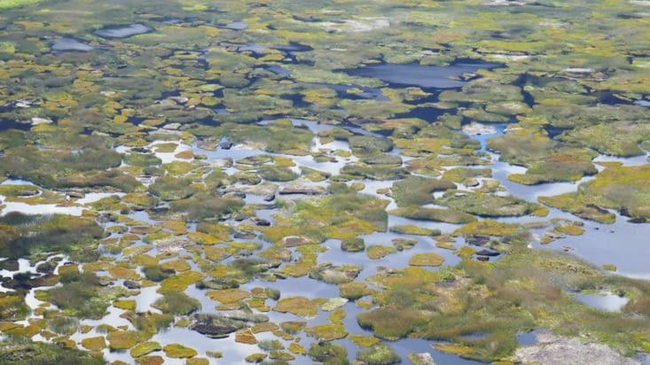 Le lac dans le fond du cratère