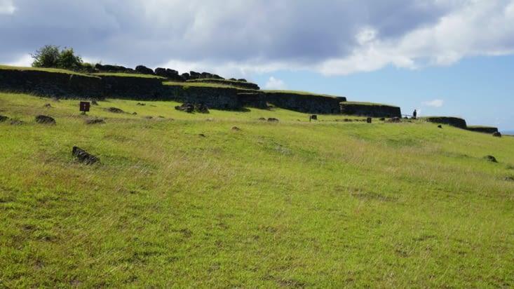 les habitations balayées par le vent sont  construites enfouies pour partie dans le sol