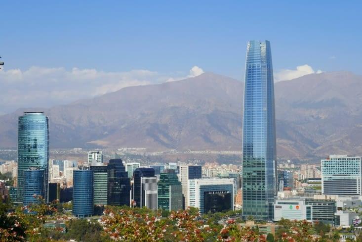 Vue depuis une colline de Santiago avec la plus haute tour d'Amérique latine