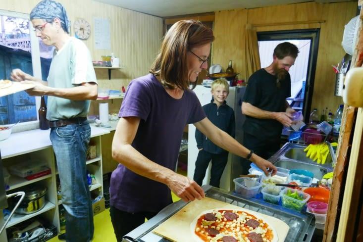 Mael va même participer en allant servir les pizzas