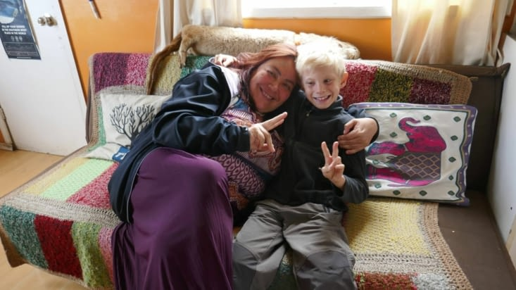 Cécilia a prêté un vélo à Maël, l'a invité à jouer chez elle avec ses enfants. ..
