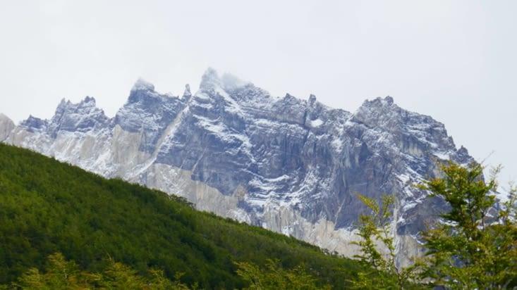 Le massif des tours se dévoile après une longue marche dans la forêt