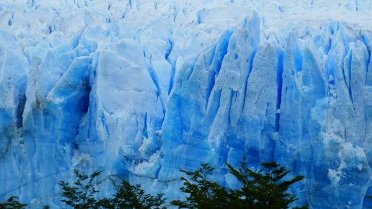 Le bleu est intense, signe que la neige est extrêmement compacte