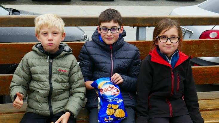 les pique-niques chips ont toujours autant de succès : Voici Titouan (11 ans) et Ciloé (8)