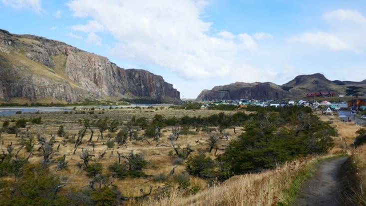 Voici El Chalten, un village le long d'un canyon