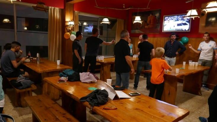 Dans le lac il y a de l'eau et dans la guesthouse il y a le Bière-Pong !
