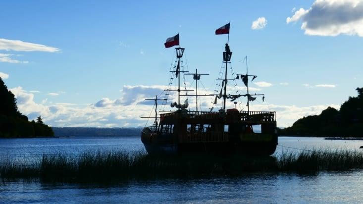 Incroyable, le lac est tellement grand qu'on y côtoie des bateaux pirates !