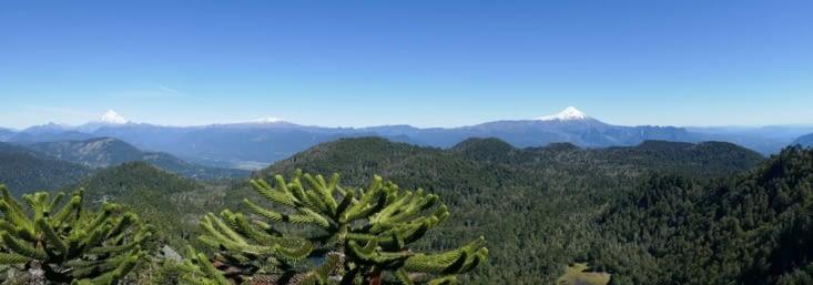 Vue depuis le sommet. En tout, 4 volcans enneigés sont visibles depuis cet endroit