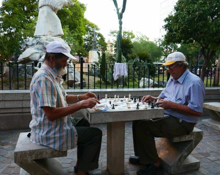Kasparov et Carlsen disputent une partie d'échecs dans la rue