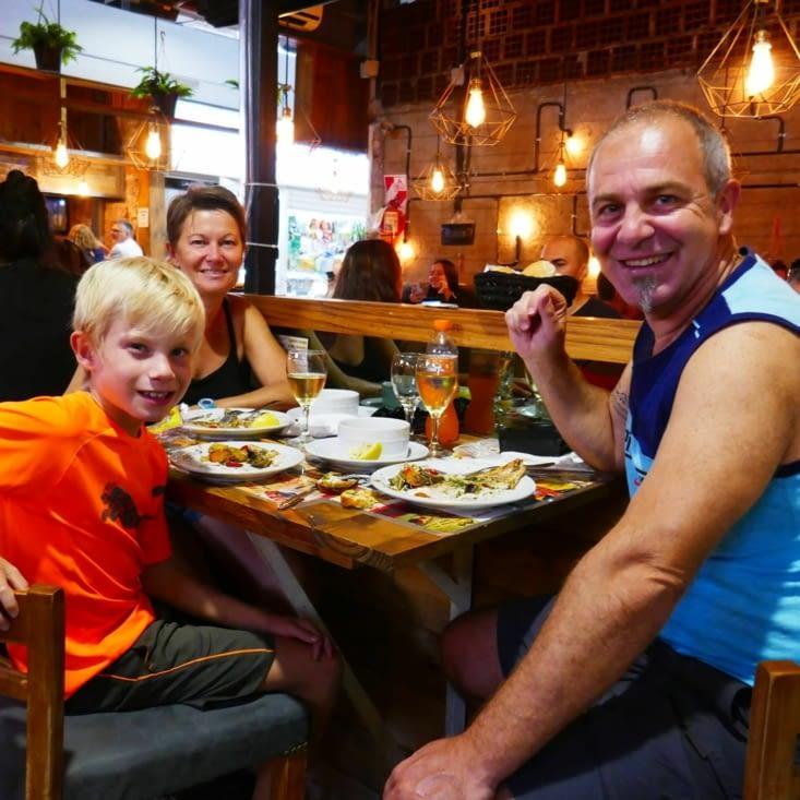 Déjeuner dans un restaurant d'un marché couvert