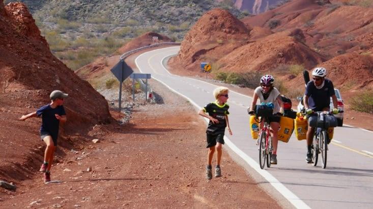Les enfants courent pour encourager les courageux cyclistes