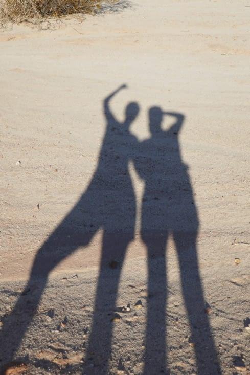 La danse des ombres dans le désert