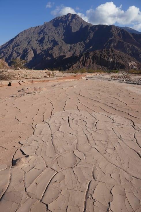 Le lit de la rivière est asséché et la boue se fend sous la chaleur