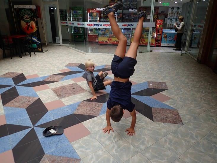 Pendant que nous prospectons pour louer une voiture, les enfants font le cirque...