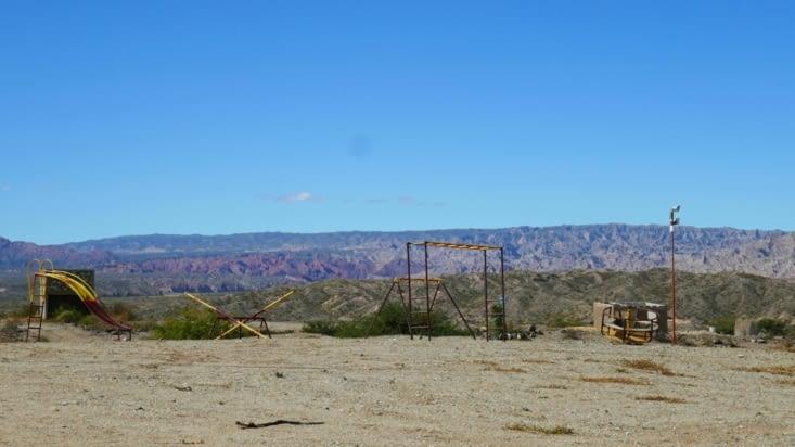 Des jeux d'enfants dans le désert ;  pour qui ?