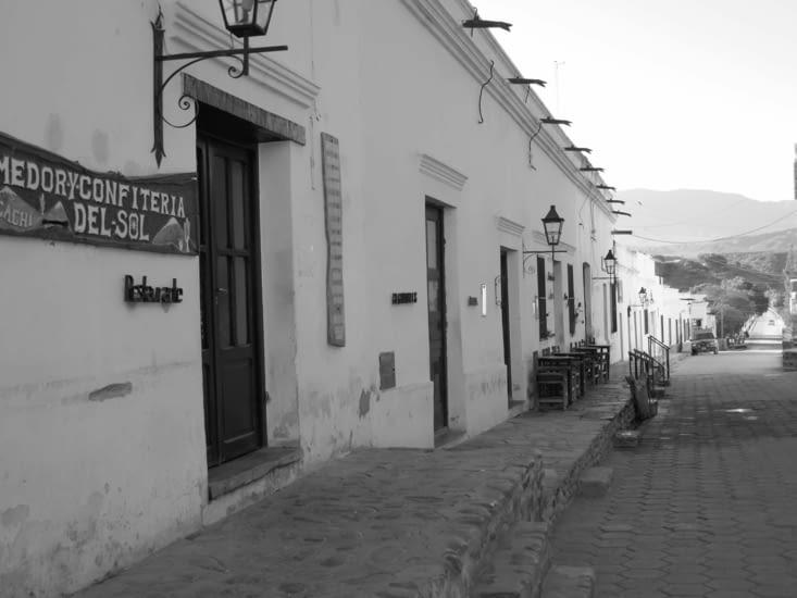 Les rues ont souvent un trottoir très élevé par rapport à la rue ( jusqu'à 1.5 m)