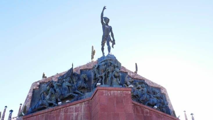 Un gigantesque monument en l'honneur d'un chef de guerre luttant contre les conquistadors