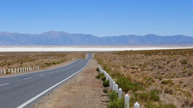 La route avec les salines en point de mire