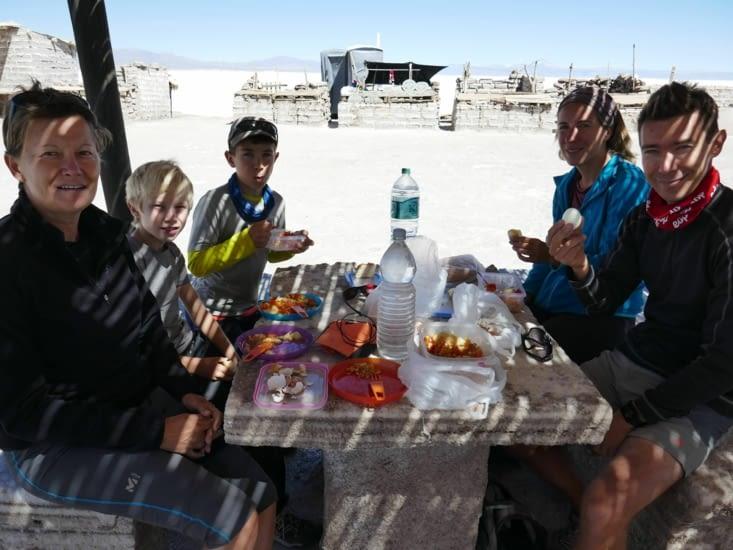 Ce n'est pas tous les jours qu'on mange sur des bancs et une table en sel ....!