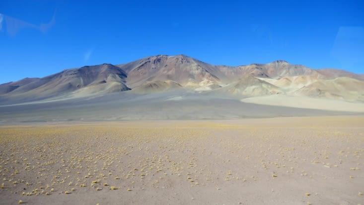 Des paysages multiples se déroulent devant nos yeux: ici terre et sable sur l'azur du ciel
