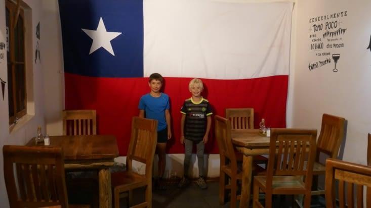 Les moustiques devant le drapeau chilien (pendant que les mamans boivent ....)