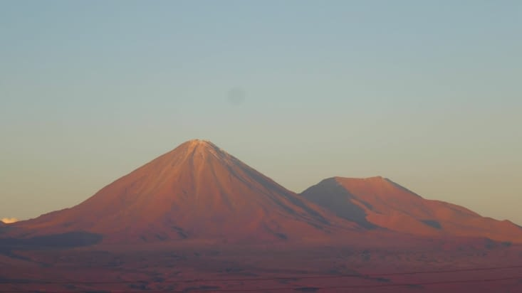 """Il y a des volcans partout. Les levers et couchers de soleil sont """"classes""""."""