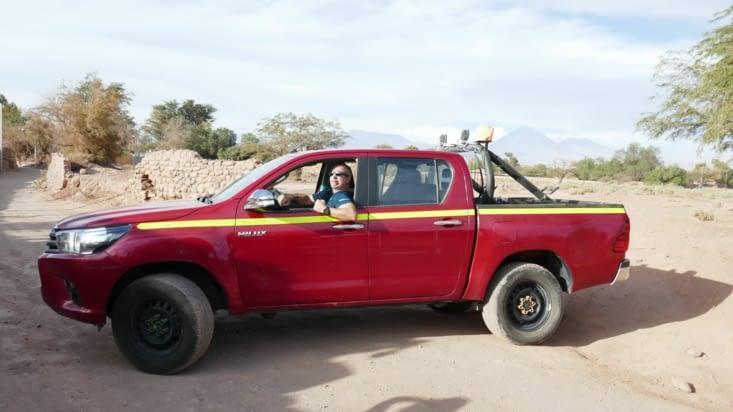 Nous avons loué un pick-up pour toute la smala. Le beau chauffeur est là à titre gracieux!