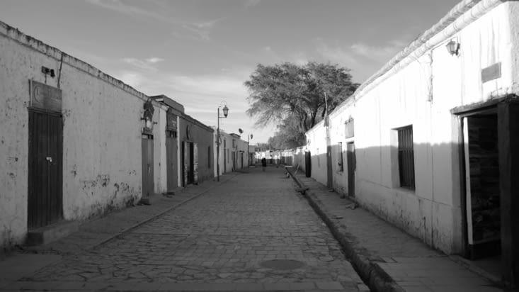 Au petit matin, les rues sont désertes mais très vite bondées en journée et soirée
