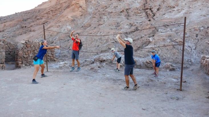 Dans le camp d'une ancienne mine, nous découvrons un filet de volley ...en métal. ...
