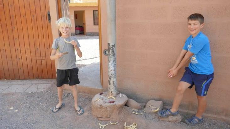 Les enfants vendent dans la rue de notre hostal des bijoux qu'ils ont fabriqués