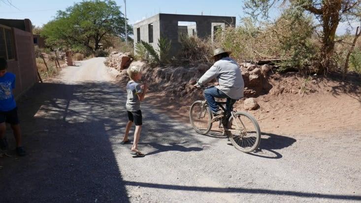 Maël court après un vieil homme à vélo pour lui vendre un collier